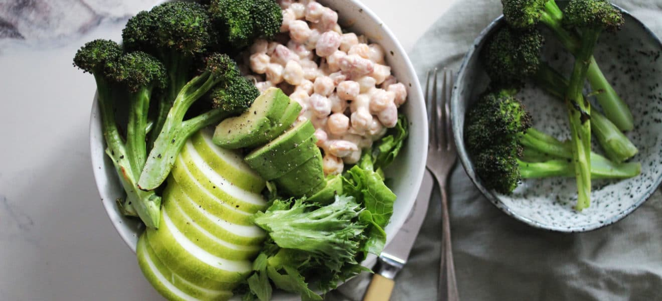 Grillet brokkolisalat og tahinimarinerte bønner