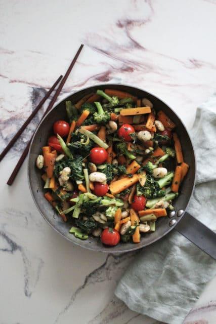 hverdagswok med grønnsaker og hvite bønner