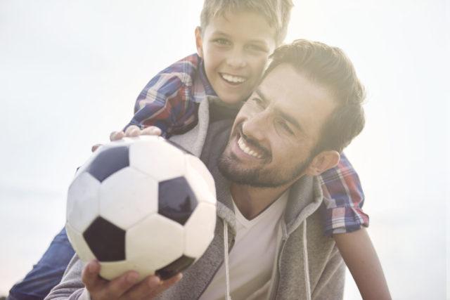 Barn med diabetes: Far og sønn spiller fotball