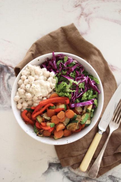 Rødkålsalat med kikerter i kremete tahinidressing