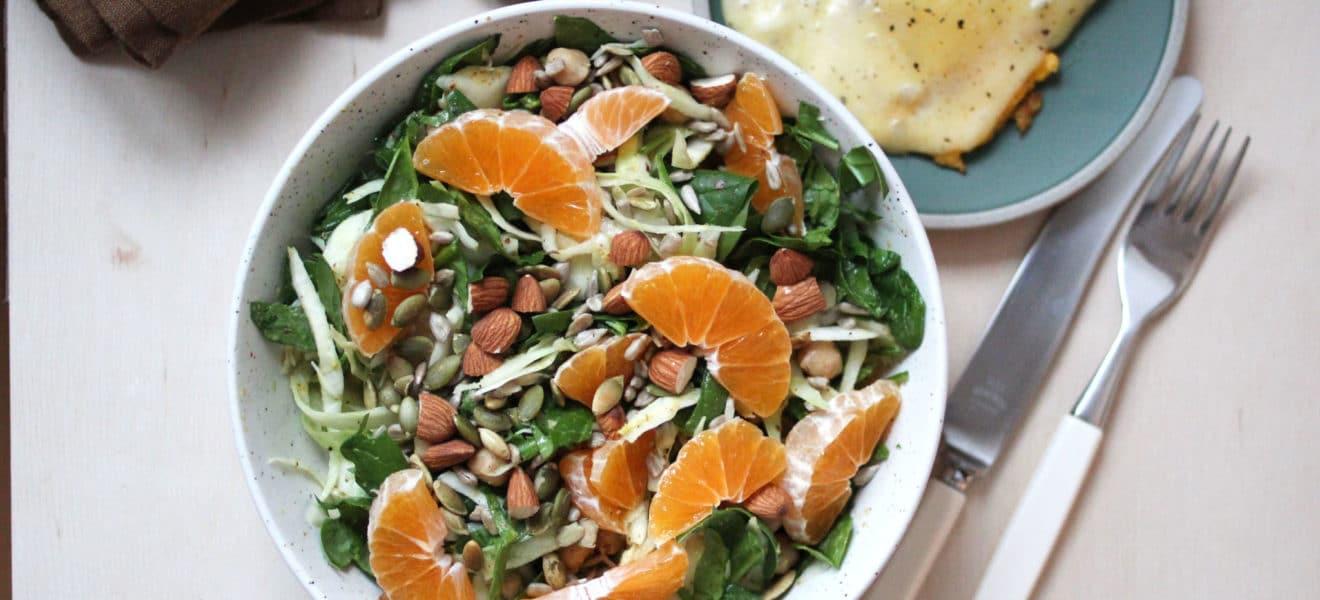 Kålsalat med sennepsdressing og stekt egg