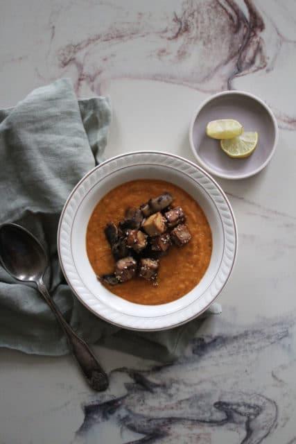Fyldig suppe av ovnsbakte grønnsaker og tofutopping