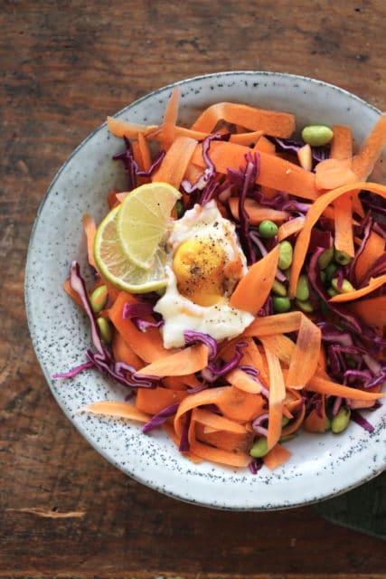 Kålsalat med speilegg servert på et fat
