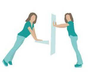 demonstrasjon av armhevinger mot vegg eller benk
