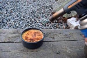 Creme brulle brennes med gassbrenner