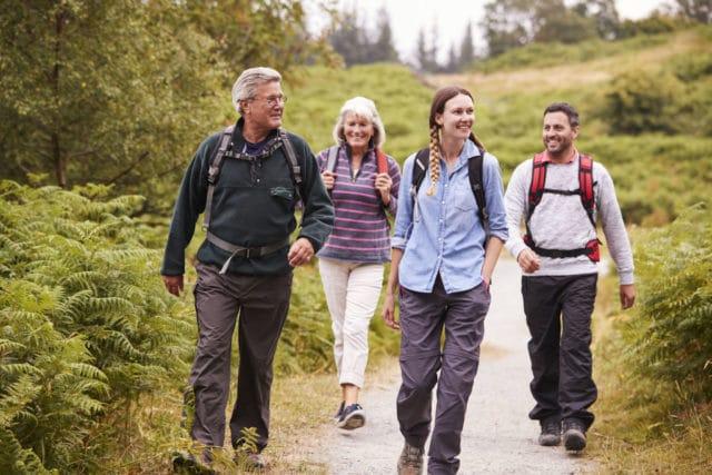 familie ute og går tur, aktivitet er et tips til hvordan senke blodsukkeret