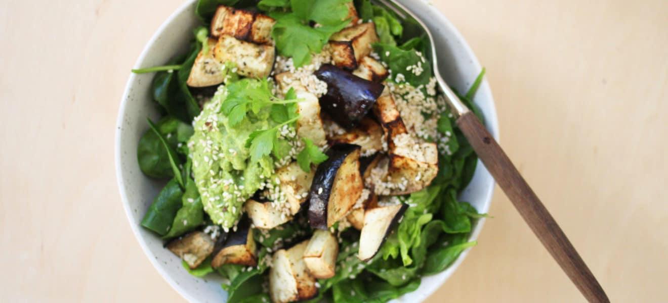Salat med ovnsbakt aubergine og ertehummus