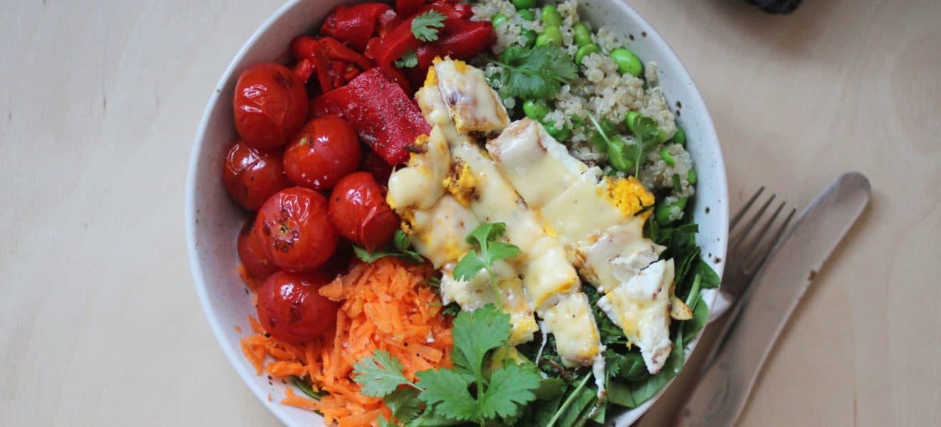 Asiatisk-inspirert salat med lune tomater & speilegg