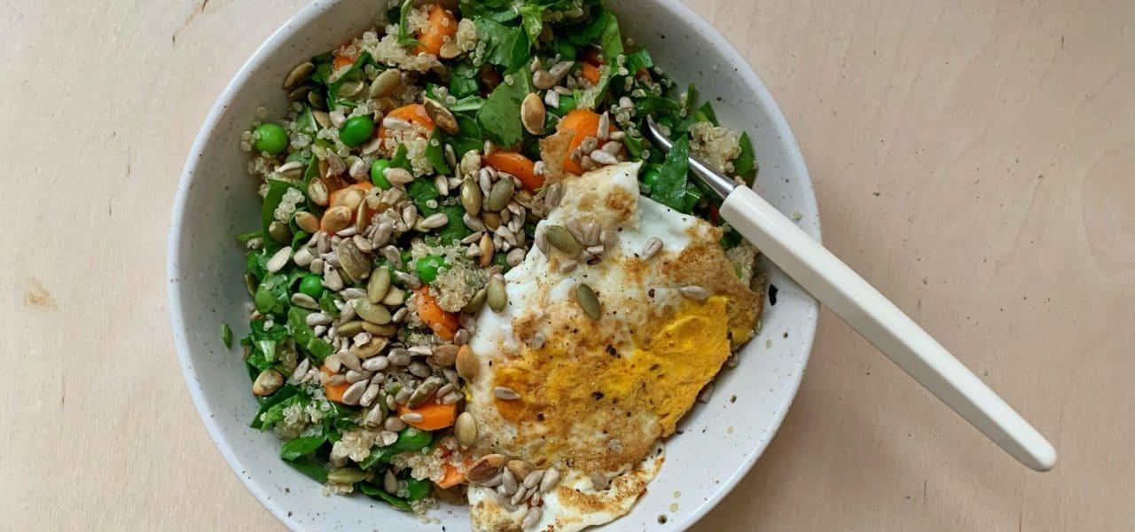 Quinoasalat med erter og frø