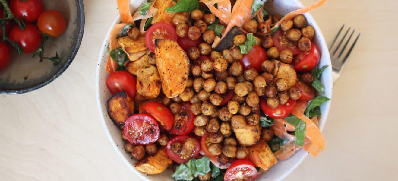Kikertsalat med yoghurtdressing og spinat