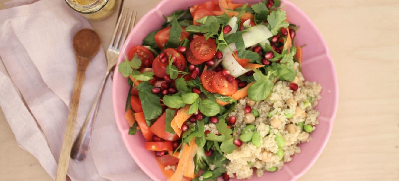 Frisk sommersalat med quinoa og sennepsdressing