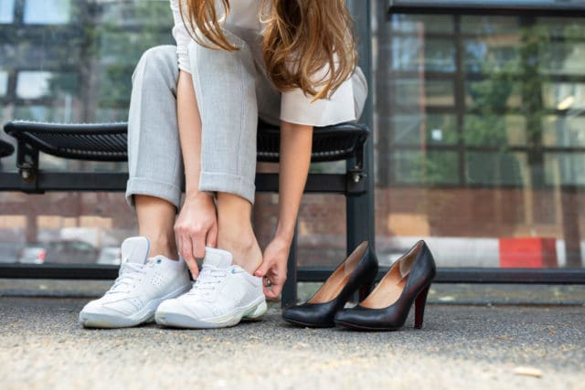 diabetes og plattfot, kvinne skifter til gode sko