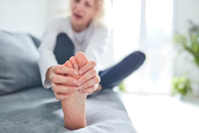 diabetes og plattfot, kvinne med vonde føtter