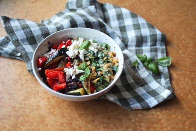 Creamy linsepasta med feta og grønnsaker