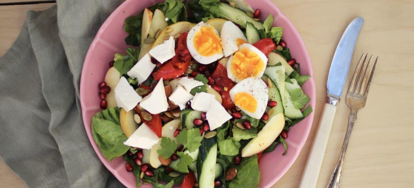 Eplesalat med egg, feta og granateple