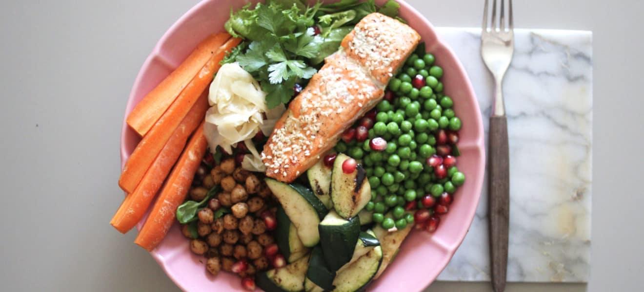 Sesamlaks i bolle med kikerter og grønnsaker