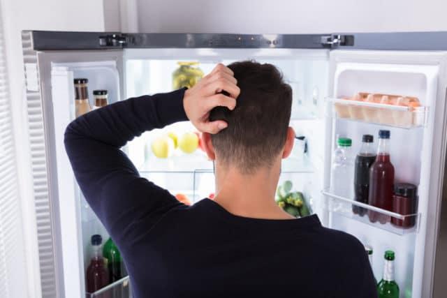Mann ser i kjøleskap. Diabetes og mat er en vanskelig balansegang