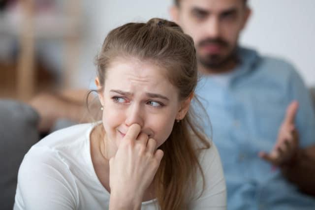 kvinne og mann krangler, trist, lavt blodsukker uten kontroll