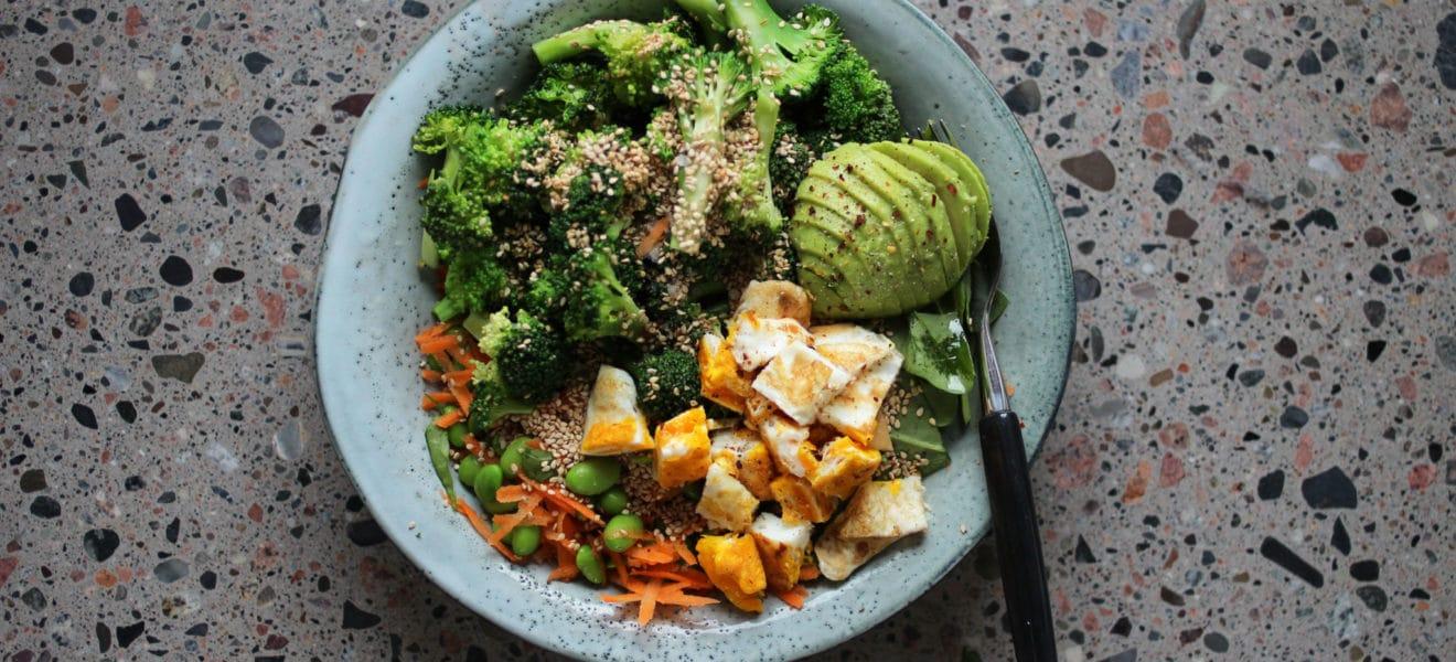 Asiatisk edamamesalat med brokkoli og stekt egg