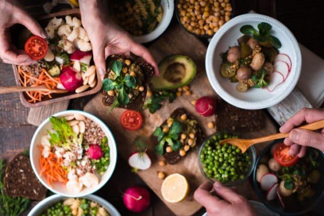 Velg vegetar, bord dekket med vegetariske matvarer