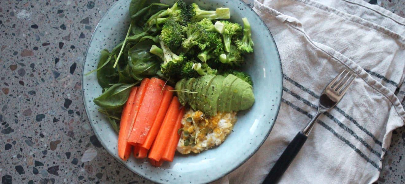 Oppskrift på lunsjsalat med eggerøre og brokkoli