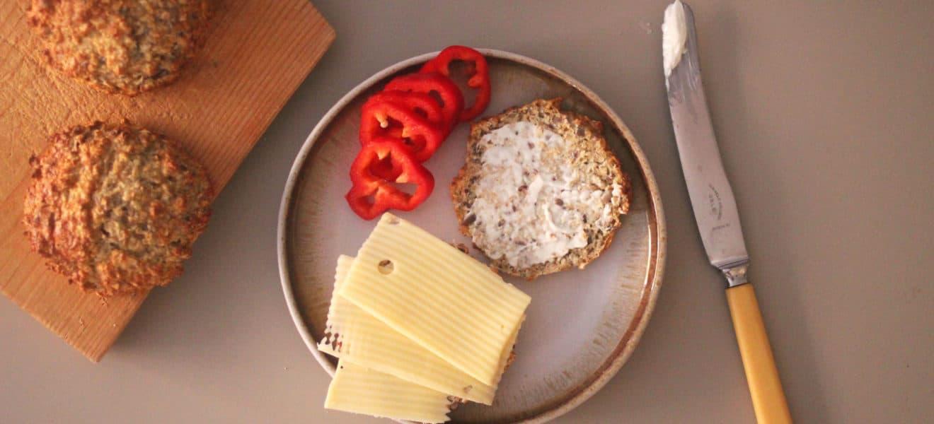 Proteinrundstykker med frø og yoghurt