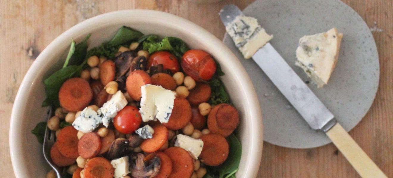 Salat med kikerter, stekte grønnsaker, blåmugg og sennepsdressing
