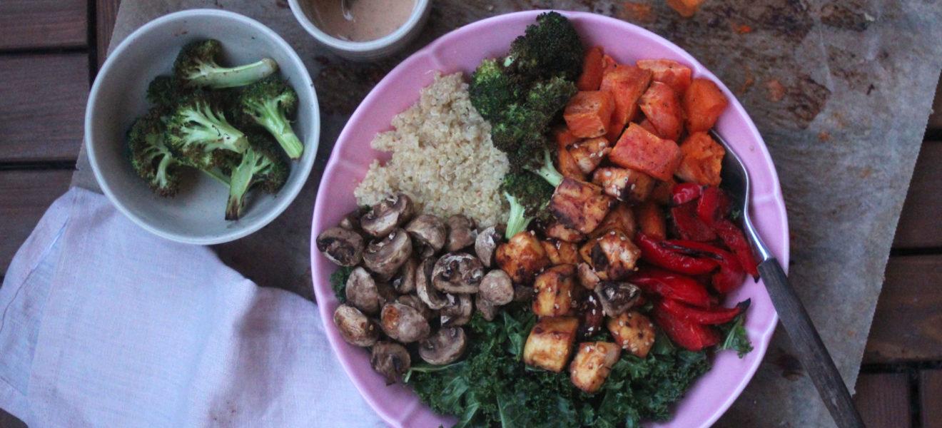 Middags-bowl med grønnkål, bakte grønnsaker, spicy tofu og ingefærdressing