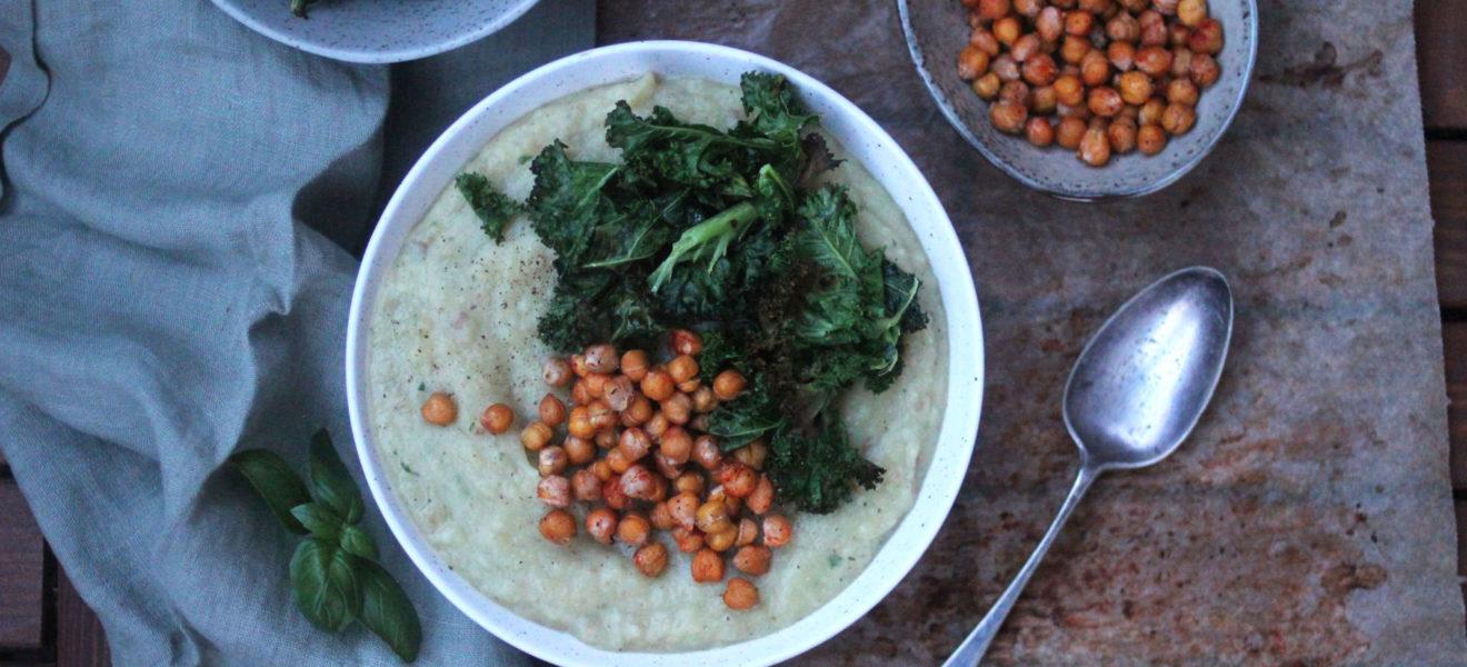Sellerirotsuppe med rista kikerter og grønnkålchips