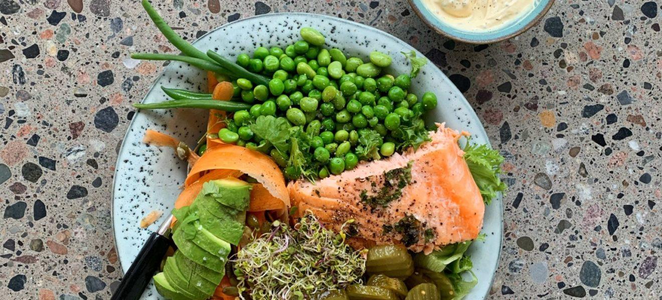 Salat med bakt laks og sennepsdressing