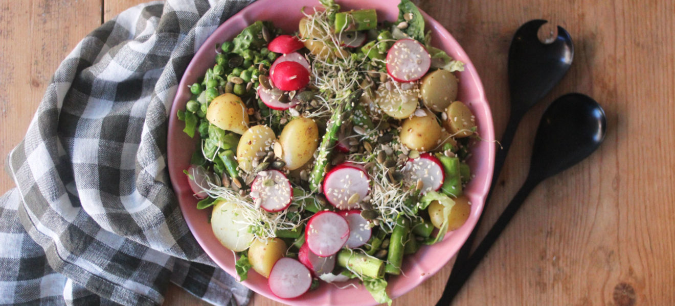 Sommerlig potetsalat med asparges og reddik