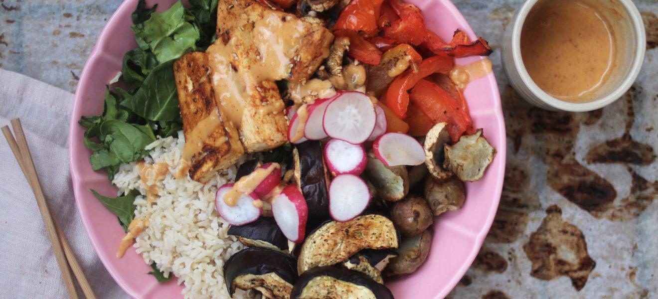 Asiatisk salat med tofu og peanøttsaus