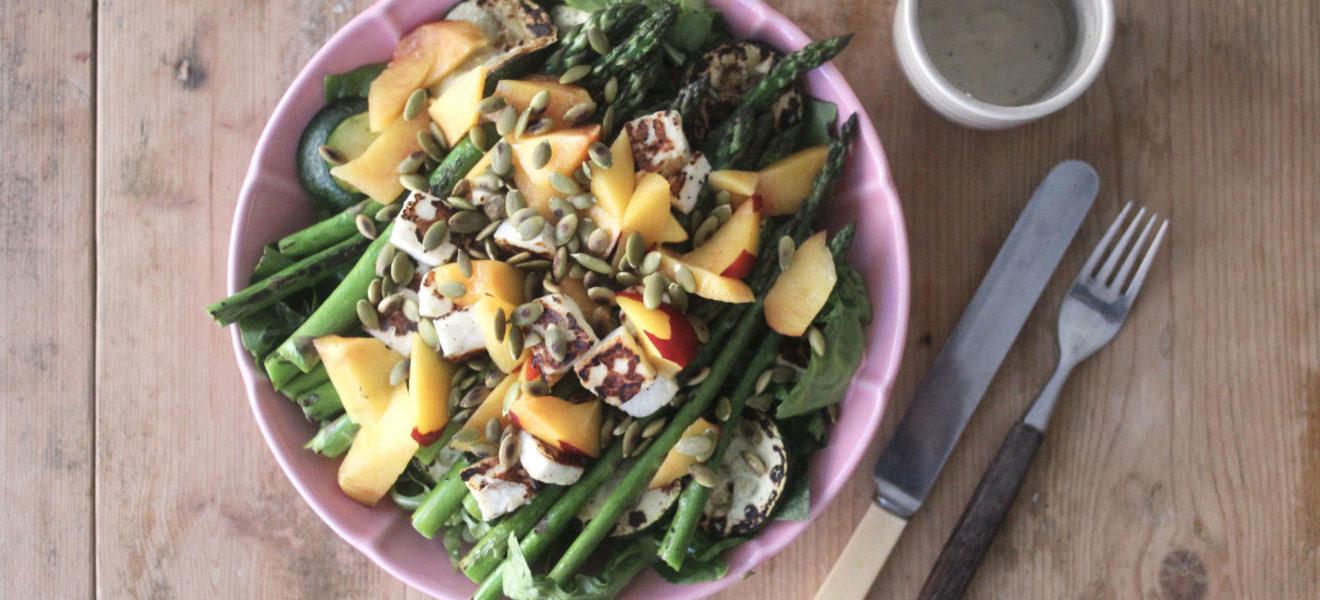 Sensommersalat med halloumi og asparges