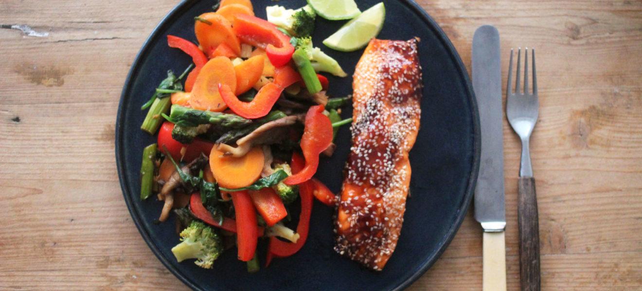 Wok med grønnsaker og sesamlaks