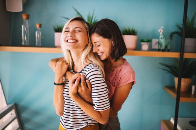 To gode venner gir hverandre en klem, en av de beste tingene å se frem til når livet blir normalt