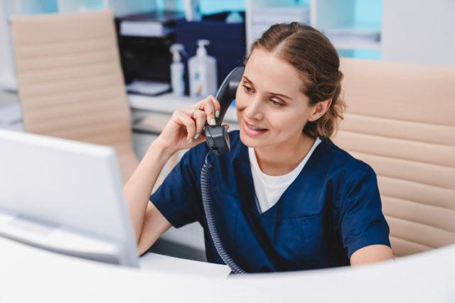 Hvordan håndtere nyoppdaget diabetes. Diabetessykepleier snakker i telefon.